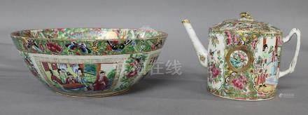 CHINE Canton,  XIXème Siècle GRAND COMPOTIER et THEIERE en porcelaine et émaux de la Famille ro