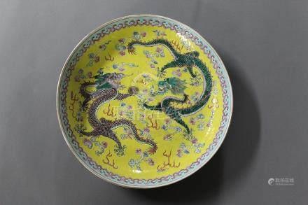 CHINE, Marque et Epoque Guangxu (1875-1908) PLAT CREUX en porcelaine et émaux à décor de dragon
