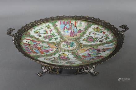 CHINE Canton, Fin du XIXème Siècle COUPE RONDE en porcelaine polychrome et or à décor de scène