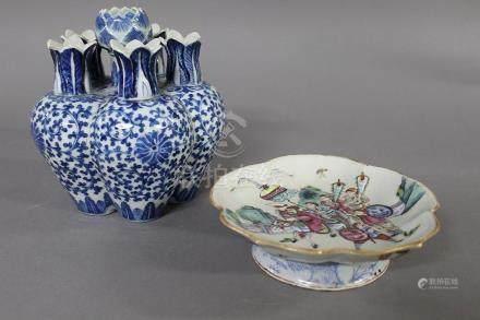 CHINE, Fin du XIXème siècle TULIPIERE en porcelaine blanc bleu à décor de lotus et rinceaux  H.