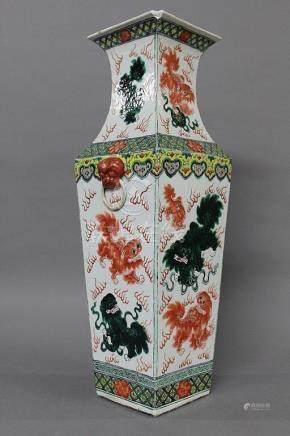 CHINE, Fin du XIXème Siècle POTICHE quadrangulaire en porcelaine et émaux polychromes  à décor