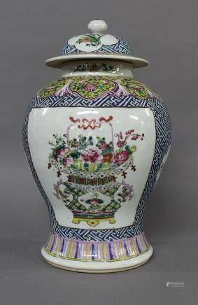 CHINE, Fin du XIXème Siècle POTICHE COUVERTE  en porcelaine et émaux de la Famille Rose à décor