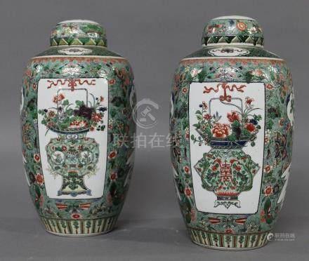 CHINE, Circa 1900 PAIRE DE POTS COUVERTS  en porcelaine à décor émaillé aux émaux de la Famille