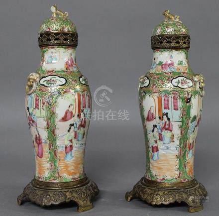 CHINE - Canton, Epoque Fin du XIXème Siècle  PAIRE DE VASES BALUSTRES couverts montés en pot po
