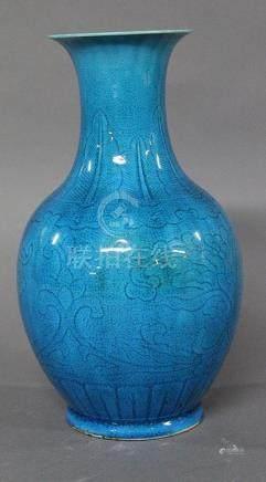 CHINE, Vers 1900 VASE BALUSTRE en porcelaine turquoise à décor sous couverte de feuillage et lo