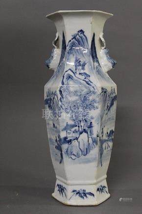 CHINE du Sud, Vers 1900 VASE BALUSTRE à pans coupés en porcelaine blanc bleu à décor de paysage