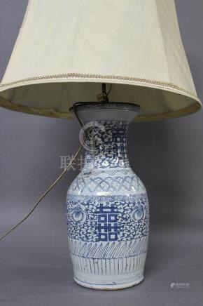 CHINE, Circa 1900  VASE BALUSTRE en porcelaine à décor blanc bleu de rinceaux feuillagés et car