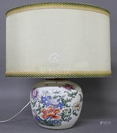 CHINE, Circa 1900  CORPS DE POTICHE GLOBULAIRE en porcelaine à décor polychrome de fleurs et oi