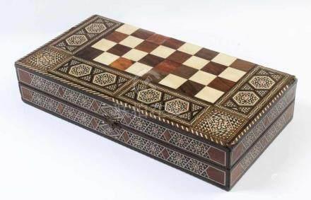 Spielschatulle.Persien, 20. Jh. Backgammon und Dame. Reich intarsiert mit verschiedenen Hölzern