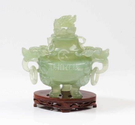 Räucher-Koro.China, 19. Jh. Jade. Deckelgefäß auf drei Beinen, plastische Drachenköpfe. Min.
