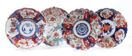 Vier Imariteller.Japan 19. Jh. Verschiedene Dekore. Ein Teller besch. H: bis 22 cm.