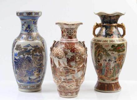 Drei Chinavasen.Verschiedene Formen und Dekore. H: bis 25 cm.