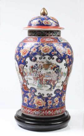 Deckelvase China.Balusterform. Umlaufend Kartuschen mit Figuren und Blumenbuketts. Polychrome