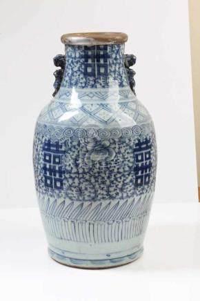 Vase.China, 19. Jh. Balusterform, blau dekoriert. Vasenrand besch. H: 40 cm.