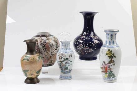 Konvolut Imari-Vasen.20. Jh. Fünf verschiedene Vasen mit polychromer Bemalung. H: bis 25,5 cm.