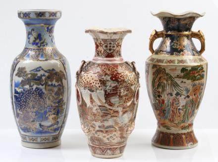 Drei Imarivasen.20. Jh. Verschiedene Formen und Dekore. H: bis 35 cm. Eine Vase besch.