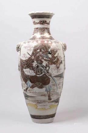 Große Satsumavase.Japan 20. Jh. Keramik. Figurenstaffage, Golddekoration. H: 55 cm.