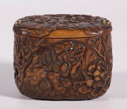 清代 黄杨木双狮花卉纹盒