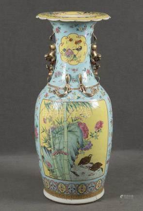 Vase. China. Porzellan, bunt bemalt mit Bambus, asiatischem Floraldekor und Wachteln, H=81 cm.