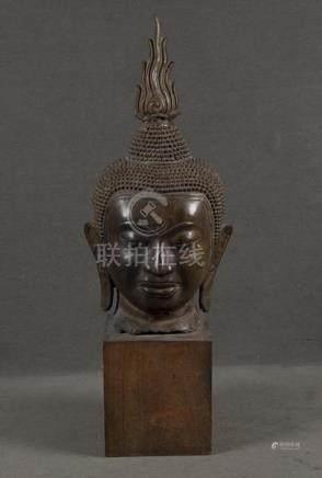 Buddhakopf. Thailand. Bronze, auf Holzsockel, H=97 cm. (besch.)