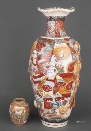 Satsuma-Vase und weitere. Japan. Porzellan, bunt und gold bemalt, H=13,5 / 62 cm. (teilw. besch.)