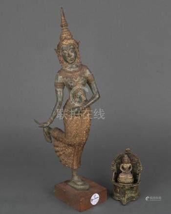 Tempeltänzerin und Buddha auf Thronsessel. Südostasien. Bronze, H=9 bis 52,7 cm.
