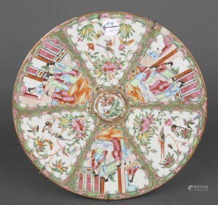 Wandplatte. China. Porzellan, bunt in Emaille bemalt mit Figuren, Blumen und Insekten, H=3,5 cm, D=