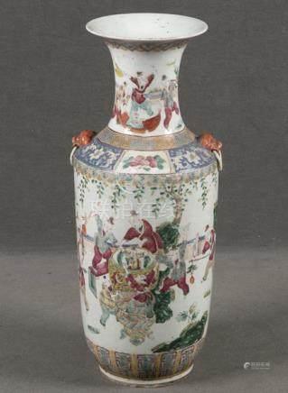 Vase. China. Porzellan, bunt bemalt mit Figuren in Landschaft, H=60 cm.