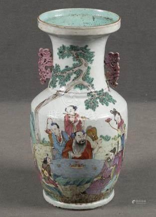 Vase. China. Porzellan, bunt bemalt mit Figuren in Landschaft, H=43 cm. (min. best.)