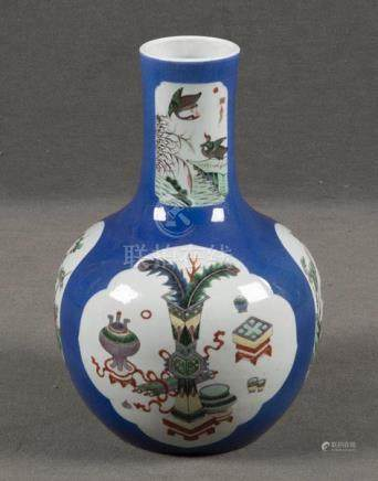 Vase. China. Porzellan, bunt bemalt mit Enten, Pfauenfedern u.a. Symbolen, H=36 cm.