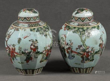 Paar Deckelvasen. China. Porzellan, bunt bemalt mit Figuren in Landschaft, je H=33,5 cm.