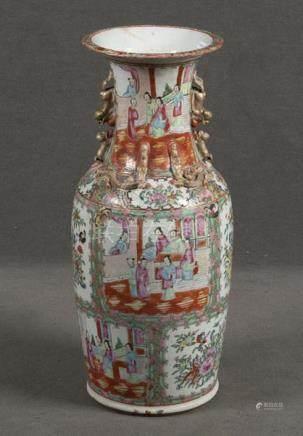 Vase. China. Porzellan, bunt bemalt mit Figurenszenen und Floraldekor in Reserven, H=51 cm. (best.)
