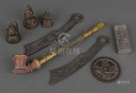 Konvolut Asiatica, u.a. Opiumpfeife und -gewichte, Tsuba, meist Bronze, H=4 bis 6 cm / L=17,4 bis 24