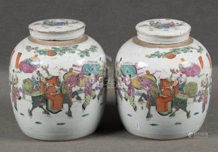 Paar Deckelvasen. China. Porzellan, bunt bemalt mit Reitern, H=25 cm. (min. besch.)