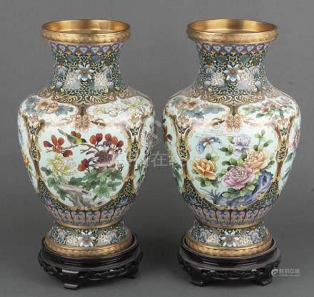 Paar Cloisonné-Vasen. China. Mit buntem Foraldekor, je auf Holzsockel, H=38,8 / 44 cm.