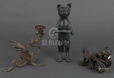 Kerzenleuchter und zwei Zierobjekte, u.a. Asien. Bronze / Metall, H=12 bis 26,5 cm.