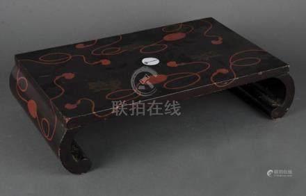 Kleine Schwarzlack-Nackenstütze. Japan 19. Jh. Holz, geschnitzt und bemalt mit Shishi und Kordeln,