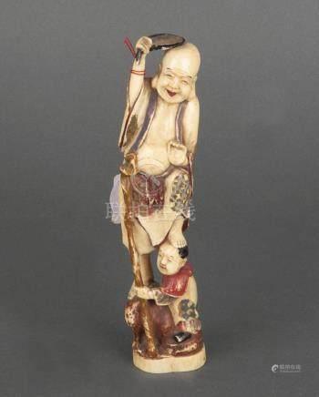 Stehender Mann mit Kind. Japan. Elfenbein, geschnitzt, sign., H=21 cm.