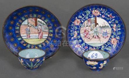 Paar Tassen mit Unterschalen. Wohl China. Bunt figürlich und floral emailliert.