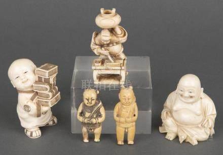Fünf Okimono. Japan. Elfenbein, geschnitzt, graviert und gefärbt, teilw. sign., H=5,6 bis 7,4 cm.