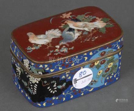 Cloisonné-Deckeldose. Asien. Mit buntem Floral- und Taubendekor, H=7,5 cm, B=14 cm, T=9 cm.