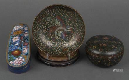 Zwei Cloisonné-Dosen und ein -Schale. China. Mit buntem Floraldekor, eine auf Holzsockel, H=4 cm,