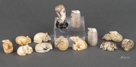 13 Netsukes. Japan. Elfenbein, geschnitzt und graviert, teilw. sign., H=1,9 bis 5 cm.