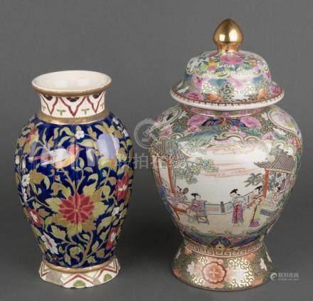 Deckelvase. China. Porzellan, bunt bemalt mit Figuren in Landschaft; dazu weitere Vase, H=37,5 /