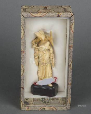 Bauer, aus Weinkanne trinkend. China um 1800. Elfenbein, geschnitzt und graviert, in Etui, H=12 cm.