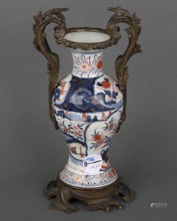 Vase. Japan. Porzellan, bunt bemalt, mit Bronzemontur, H=28 cm.