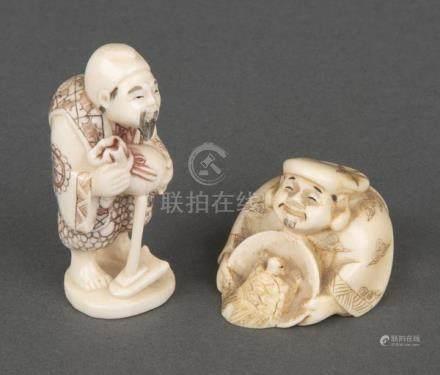 Zwei Netsukes. Japan. Elfbenbein, geschnitzt, graviert und teilw. gefärbt, sign., H=2,7 / 5,1 cm.