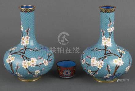 Paar Cloisonné-Vasen. China. Mit bunten Mandelblütenzweigen auf hellblauem Fond; dazu Becher, H=25,5