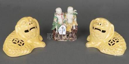 Figurenpaar. China. Bisquitporzellan, in Emaille bunt bemalt; dazu ein Paar Löwen. Porzellan, gelb
