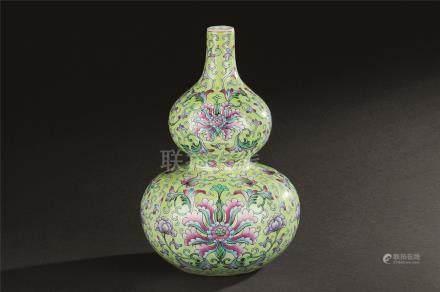 民国 绿地粉彩缠枝莲纹葫芦瓶